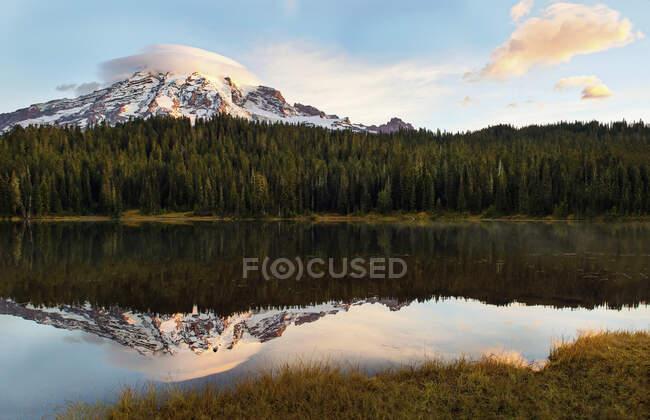 Vue panoramique Mont Rainier et lac Reflection au lever du soleil, parc national Rainier, Washington, États-Unis — Photo de stock