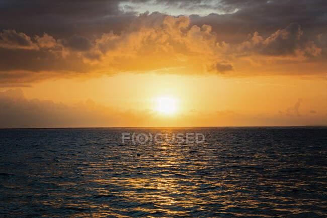 Coucher de soleil idyllique sur l'océan, Nusa Dua, Bali, Indonésie — Photo de stock