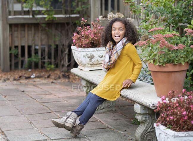Портретна щаслива дівчина на городі. — стокове фото