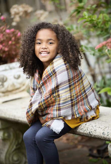 Портретна щаслива дівчина в шарфі з молюсків — стокове фото