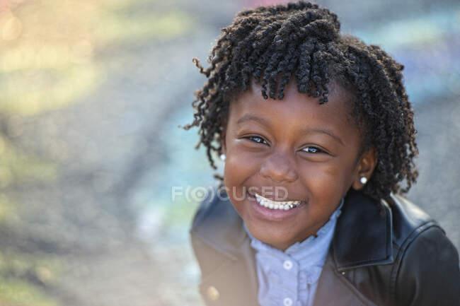 Портретна щаслива дівчина з кучерявим волоссям — стокове фото