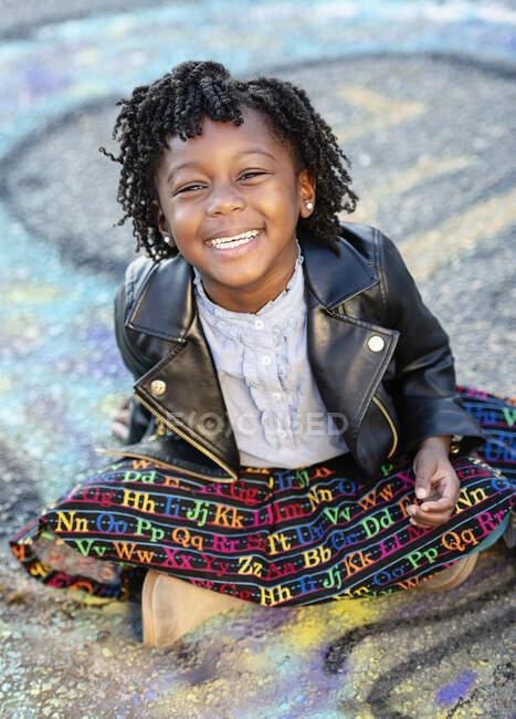 Retrato chica feliz en chaqueta de cuero - foto de stock