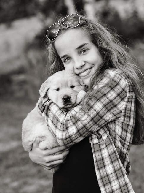 Девушка-подросток с золотистым ретривером — стоковое фото