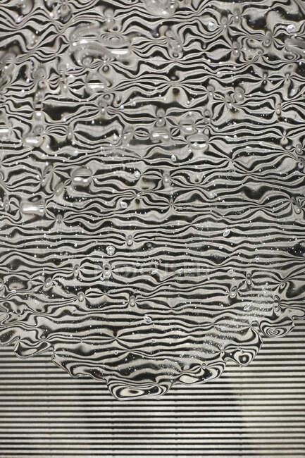Ondulación del agua líneas en blanco y negro - foto de stock