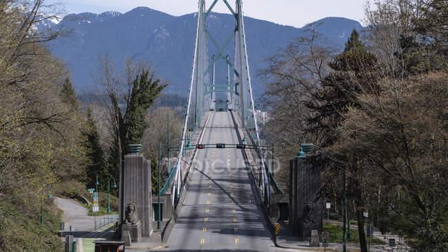 Vacant sunny bridge, Vancouver, British Columbia, Canada — Photo de stock