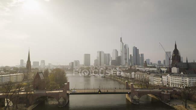 Sonniges Frankfurter Stadtbild und Main, Deutschland — Stockfoto