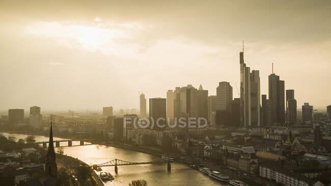 Захід сонця над Франкфуртським міським пейзажем і річкою Майн (Німеччина). — стокове фото