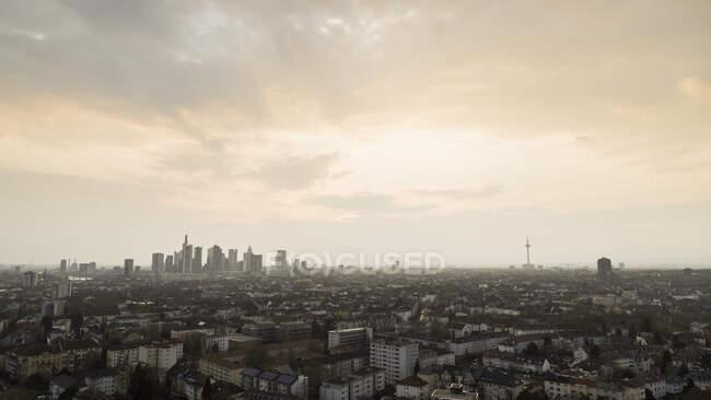 Sonnenuntergang über dem Frankfurter Stadtbild, Deutschland — Stockfoto