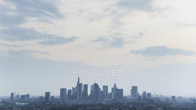Frankfurter Stadtbild unter wolkenverhangenem Himmel — Stockfoto