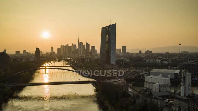 Захід сонця над Франкфуртським міським пейзажем (Німеччина) — стокове фото