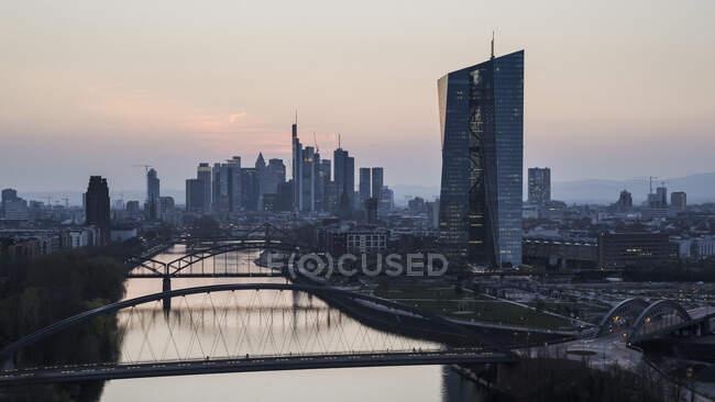 Frankfurter Stadtbild und Main in der Abenddämmerung — Stockfoto