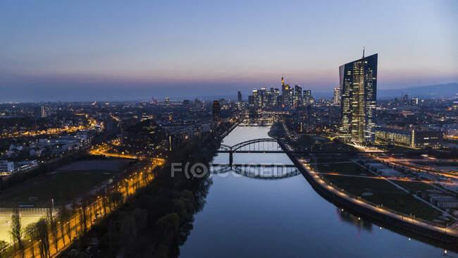 Frankfurt Osthafenbrücke und Stadtbild bei Nacht, Deutschland — Stockfoto