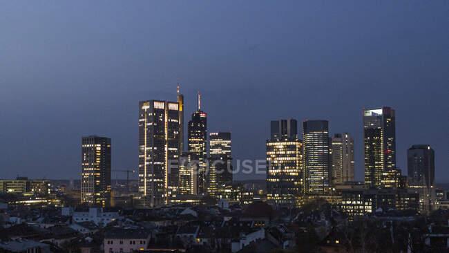 Wolkenkratzer im Stadtbild bei Nacht, Frankfurt, Deutschland — Stockfoto
