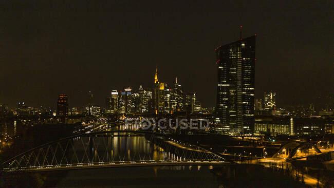 Освітлений пейзаж уздовж річки вночі, Франкфурт (Німеччина). — стокове фото