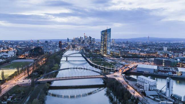 Frankfurter Stadtbild in der Dämmerung, Deutschland — Stockfoto
