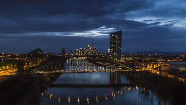 Beleuchtetes Frankfurter Stadtbild und Osthafenbrücke bei Nacht, Deutschland — Stockfoto