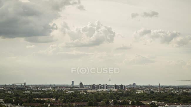 Clouds over Munich cityscape, Bavaria, Alemania - foto de stock
