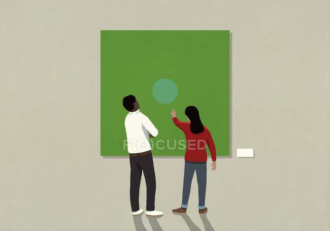 Casal olhando para a arte abstrata no museu — Fotografia de Stock