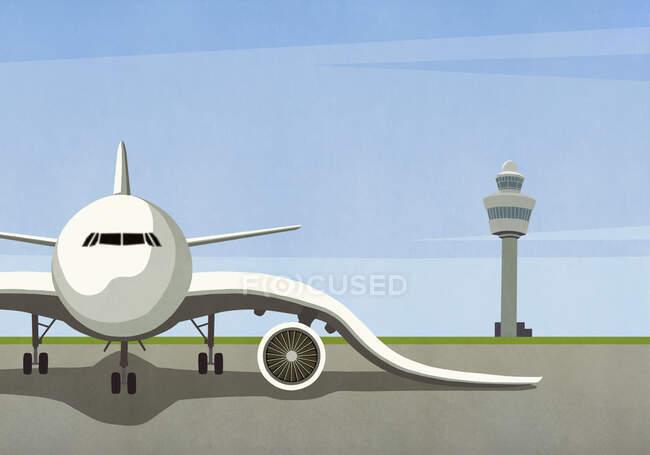 Avião com asas inclinadas estacionadas em alcatrão vazio — Fotografia de Stock