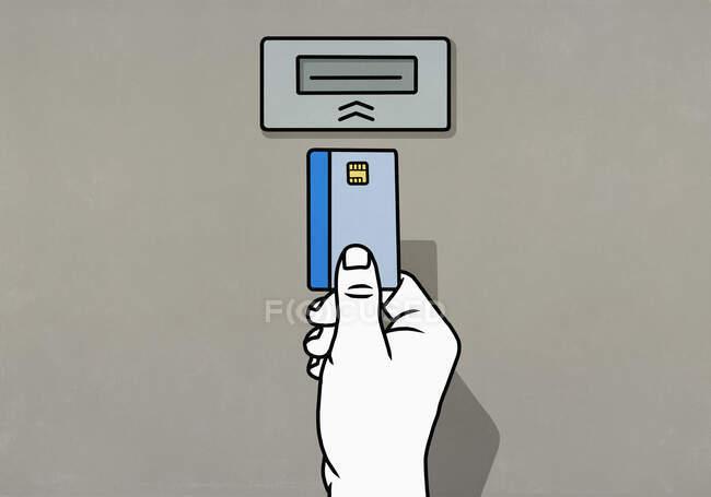 Человек вставляет чиповую кредитную карту в банкомат — стоковое фото