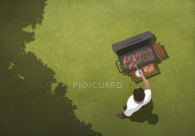 Вид сверху человек барбекю стейки на гриле на заднем дворе — стоковое фото