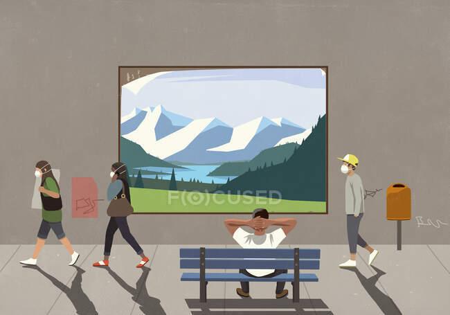 Pessoas em máscaras protetoras passando homem em banco assistindo paisagem outdoor — Fotografia de Stock