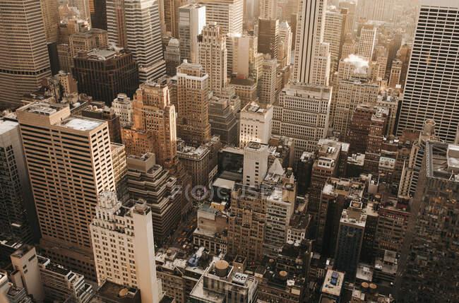 Edificios de gran altura con vista aérea, Nueva York, Nueva York, EE.UU. - foto de stock