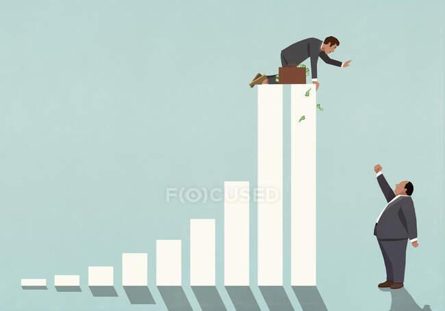Бизнесмен на вершине барной стойки машет сердитым боссом — стоковое фото