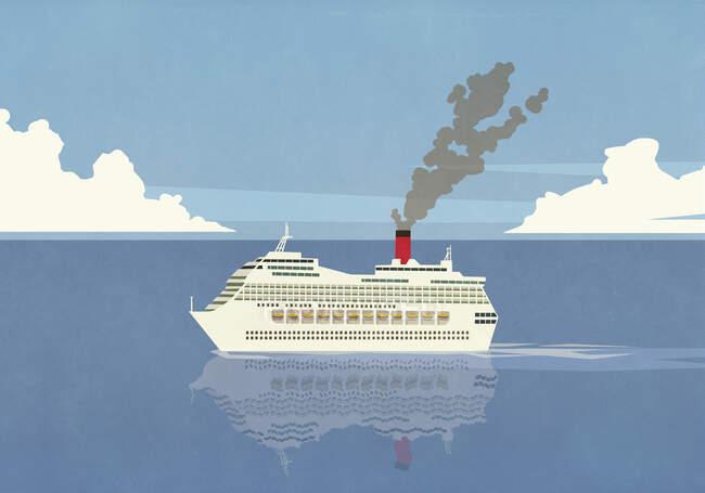 Fumo emesso dalla nave da crociera smokestack sull'oceano — Foto stock