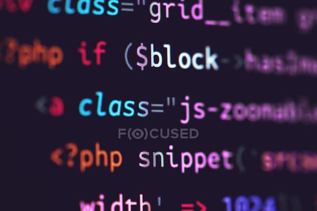 Computercode auf dem Bildschirm einblenden — Stockfoto