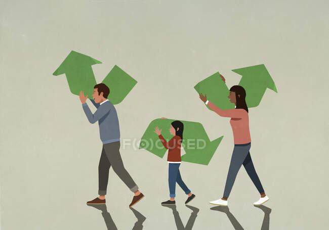 Сім'я несе шматки зелених символів переробки — стокове фото