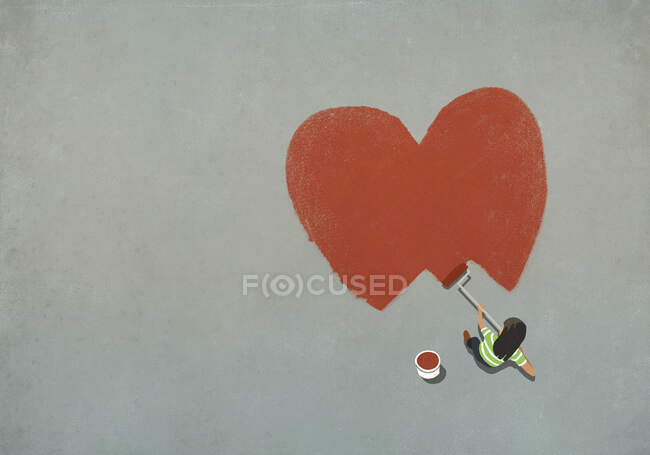 Жінка малює червоне серце з роликом. — стокове фото