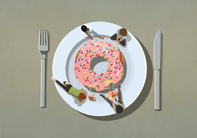 Las personas que se entregan a grandes espolvorear donut en el plato - foto de stock