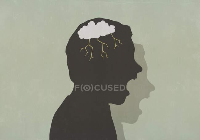 Силует злий чоловік з грозовою хмарою в голові кричить — стокове фото