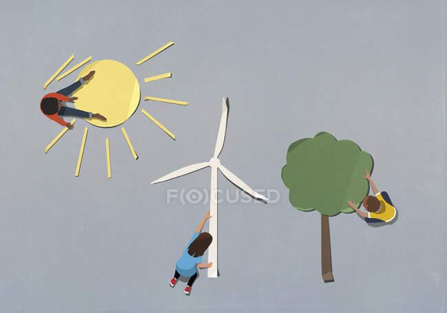 Діти організовують середовище і вітрові турбіни паперові символи. — стокове фото