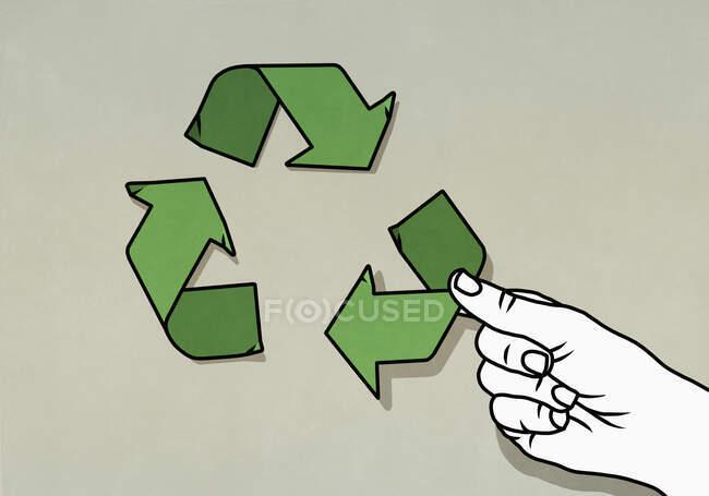 Vista cortada da mulher organizando símbolo de seta de reciclagem verde — Fotografia de Stock