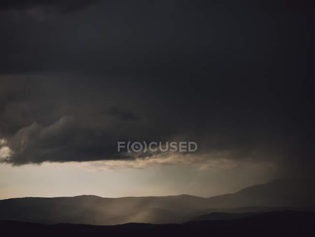 Закат неба с облаками и солнечным светом — стоковое фото