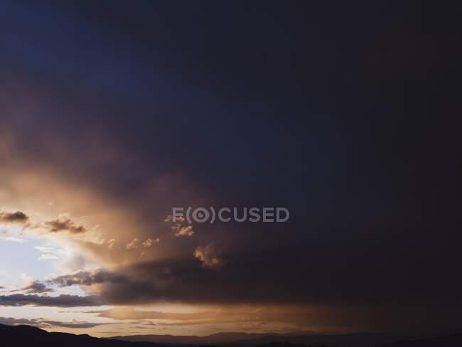 Ciel couchant avec nuages et lumière du soleil — Photo de stock