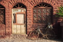 Bicycle in front of house, Fatehpur Sikri, the City of Victory, Built during the second half of the 16th century, Mughal Architecture, made from red sandstone, capital of Mughal Empire, UNESCO World Heritage Site, Agra, Uttar Pradesh, India — Stock Photo