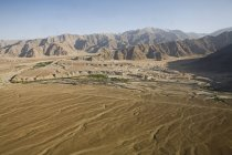 Luftaufnahme von Schnee bedeckt Himalaya-Gebirge mit dem Indus Fluß, Häuser und Felder im Tal in der Nähe von Leh wie auf dem Flug von Delhi nach Leh-Ladakh.India gesehen — Stockfoto