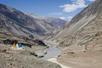 Буддийские ступы в бесплодной холодной пустынный ландшафт Ладакха на дороге Лех-Каргил окрашены течет вниз в долине реки Инд. Ladakh.India — стоковое фото