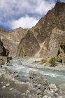 Ein Stream quer durch die Rocky Mountains von Ladakh. Indien — Stockfoto