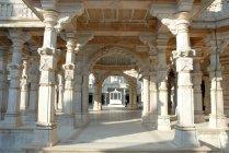 Vista de arcos e colunas do Templo de Siddhgiri durante o dia, Índia — Fotografia de Stock