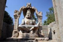 Ugra Narsimha idolo durante il giorno contro cielo nuvoloso, Hampi (rovine Vijaynagar), Karnataka, India, Asia . — Foto stock