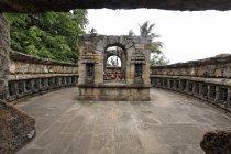 Перегляд вівтарем на кам'яні Орісса храму. Бхубанешвар, Орісса, Індія — стокове фото