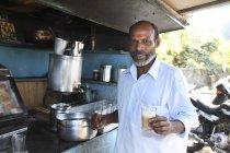 Uomo indiano barista con tilak interrogativo in negozio di tè al lavoro, India — Foto stock