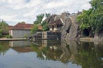 Вид на озеро і храм — стокове фото