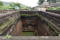 Води в басейні всередині храму — стокове фото