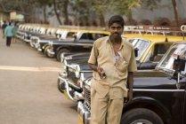 Taxi driver è in attesa di passeggero a Lokhandwala Township Kandivali, Mumbai, Maharashtra, India . — Foto stock