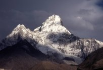 Vista dos picos de montanhas contra céu tempestuoso durante o dia — Fotografia de Stock